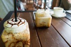 Café, moca helada del café en el fondo de madera de la tabla en café Imágenes de archivo libres de regalías
