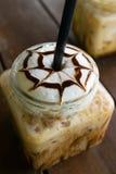 Café, moca helada del café en la madera de la tabla en café Imágenes de archivo libres de regalías