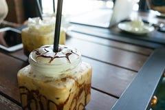Café, moca helada del café en la tabla en café Imagenes de archivo