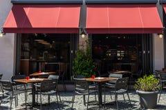 Café moderne d'été dans la vieille ville allemande extérieure Images libres de droits