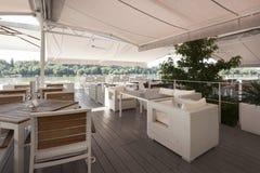 Café moderne de rive en été image stock