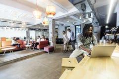 Café moderne visité par de diverses personnes image stock