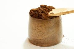 Café molido en el cuenco de madera Fotos de archivo