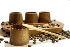 Café molido en el cuenco de madera Imagen de archivo