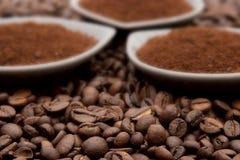Café molido en habas del coffe Fotografía de archivo libre de regalías