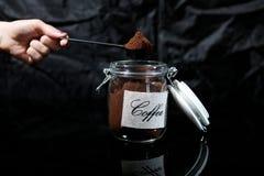 Café molido en un tarro de cristal Imágenes de archivo libres de regalías