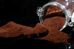 Café molido en un tarro de cristal Fotografía de archivo libre de regalías