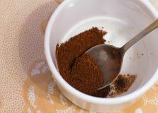 café molido en una taza blanca Imagenes de archivo