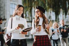 Café muchachas feliz junto estudiante Patio imagen de archivo