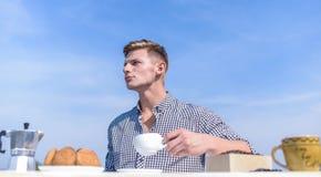 Café muscular da manhã da bebida do atleta do homem Manhã agradável fora Tradições diárias O café da manhã fora weekend imagem de stock royalty free