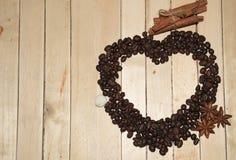 Café na forma de um coração com canela e anis fotos de stock royalty free