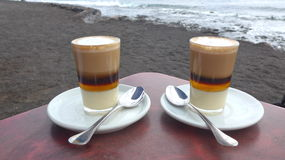 Café na praia com o oceano no fundo foto de stock royalty free