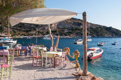 Café na praia no porto de Agios Nikolaos, Zakynthos Imagens de Stock Royalty Free