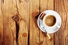 Café na tabela com pá de pedreiro e tijolos Fotos de Stock