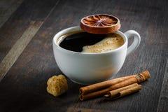 Café, naranja secada, canela, azúcar imagenes de archivo
