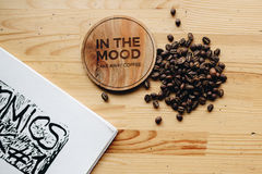 Café nas palavras do whith da mesa na tabela fotografia de stock royalty free