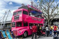 Café no banco sul Londres imagem de stock royalty free