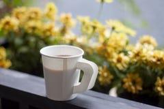 Café no copo do Livro Branco na manhã fotografia de stock