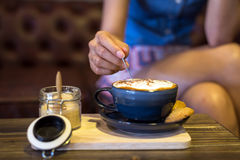 Café no copo e nas cookies Imagens de Stock