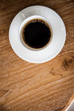 Café no copo na tabela de madeira Foto de Stock Royalty Free
