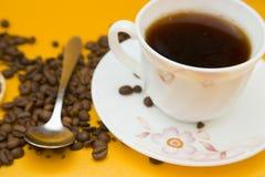Café no fundo amarelo fotografia de stock