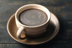 Café no fundo de madeira da tabela Fotografia de Stock Royalty Free
