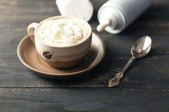 Café no fundo de madeira da tabela Foto de Stock Royalty Free