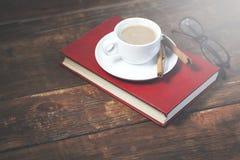 Café no livro foto de stock royalty free