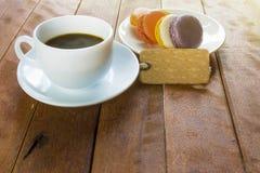 Café noir avec des macarons images libres de droits