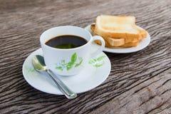 Café noir avec du pain grillé Photo stock