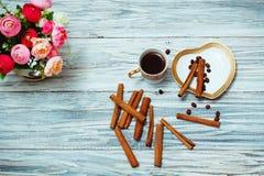 Café noir, cannelle et fleurs de tasse Photos stock
