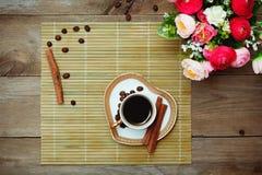 Café noir, cannelle et fleurs de tasse Image libre de droits