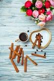 Café noir, cannelle et fleurs de tasse Images libres de droits