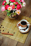 Café noir, cannelle et fleurs de tasse Images stock