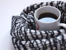 Café noir chaud avec l'écharpe noire et blanche modelée sur le bureau blanc Configuration plate Vue supérieure Photos libres de droits