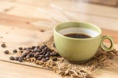 Café noir chaud d'arome ou grain de café d'Americano et d'arabica Images stock