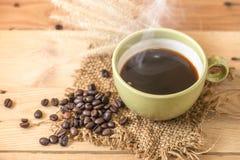 Café noir chaud d'arome ou grain de café d'Americano et d'arabica Photographie stock