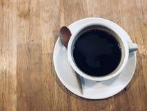 Café noir chaud pendant le matin Photo stock