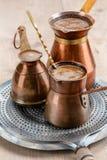 Café noir d'arome dans des pots Photographie stock libre de droits