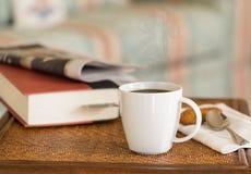 Café noir dans la table en bois de tasse blanche Photos libres de droits