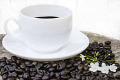 Café noir dans la tasse blanche Photo stock