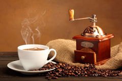 Café noir dans la tasse blanche avec de la fumée Image stock
