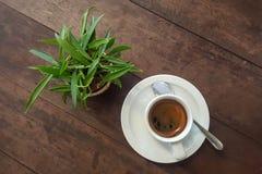 Café noir dans la tasse blanche sur la table Photo libre de droits