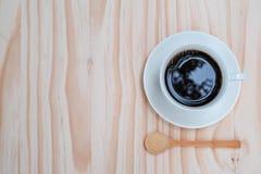 Café noir dans la tasse blanche sur le fond en bois Images libres de droits