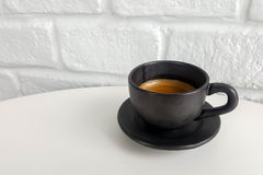 Café noir dans la tasse noire Images stock
