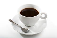 Café noir dans une cuvette de café blanc Image stock