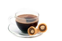 Café noir dans une glace avec des biscuits Image stock