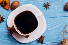 Café noir dans une tasse sur un fond en bois bleu Vue supérieure photos libres de droits