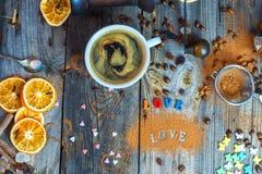 Café noir dans une tasse sur une surface en bois grise Photo libre de droits