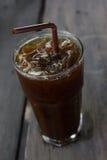 Café noir de glace sur la table en bois Photographie stock